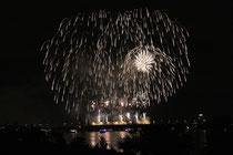 September 2014 - Höhepunkt des Ruhrorter Hafenfestes ist jährlich das Feuerwerk Rhein in Flammen, das synchron zur Musik im Radio von der Friedrich-Ebert-Brücke abgeschossen wird. Tausende verfolgen das Spektakel auf der Kirmes, auf Schiffen und dem Deich