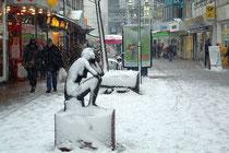 Januar 2006 - Schnee in Duisburg ist eher selten. Einen Tag vor Silvester schneit es mal wieder bis in die Nacht. Ansteigende Temperaturen sorgen am nächsten Morgen allerdings wieder für Matsch und Regen.