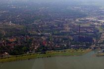 Laar mit dem ThyssenKrupp-Kraftwerk und dem Eisenbahnhafen.