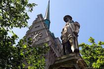 August 2009 - Gerhard Mercator, als Figur auf einem Brunnen, wacht über den Burgplatz. Nebenan, im Rathaus, wird bald ein neuer Rat Einzug halten. Die Wahl des Rates, der Bezirksvertretungen und des Oberbürgermeisters ist am 30. August.