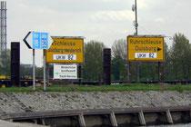 Hinweistafeln am Rhein