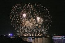 September 2013 - Ruhrort in Flammen ist der Höhepunkt des Hafenfestes in Ruhrort bereits am ersten Abend. Synchron zur Musik, die Radio Duisburg überträgt, werden die Raketen und Böller gezündet. Jedes Jahr erleben Tausende das Feuerwerk.