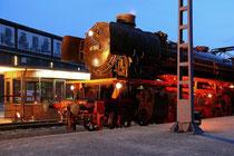 Juli 2008 - Extraschicht im Landschaftspark Nord. Die Dampflok 41360 stand mit Speise- und Gepäckwagen am Museumsbahnsteig und bot den zahlreichen Besuchern einen imposanten Anblick.