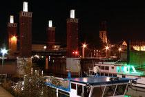 November 2006 - Die Schwanentorbrücke, eine 1950 erbaute Hubbrücke über den Innenhafen, musste wegen Reparaturarbeiten mehrfach angehoben werden. Um den Straßenverkehr möglichst wenig zu stören, wurden die Arbeiten in den Abendstunden ausgeführt.