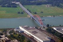 Brücke der Solidarität zwischen Hochfeld und Rheinhausen.