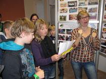 Anna erklärt den SchülerInnen die Projektarbeit