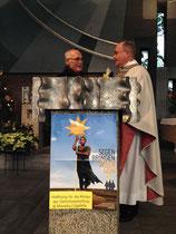 Pfarrer Kraus bedankt sich für das Geschenk.
