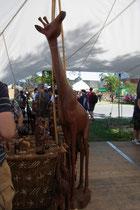 ...neben einer Giraffe aus Holz, ...