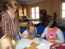 Die Kinder üben das Fingeralphabet