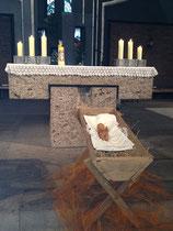 Das Jesukind vor dem Altar.