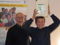 Projektgründer Gerhard Ehrenreich mit einem Schüler