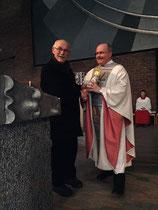 Projektgründer Gerhard Ehrenreich schenkt Pfarrer Kraus eine Kerze aus Uganda.