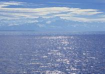 Blick von Friedrichshafen über den See in die schweizer Berge 121030-010V