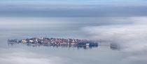 Blick auf die Insel Lindau durch den Morgennebel 200113-007
