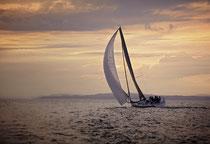 "Segelboot ""Magic Lady"" segelt in den Sonnenuntergang 190620-459"