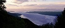 Blick vom Haldenhof auf den See und die Berge in der Morgendämmerung 130515-001