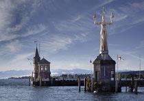Imperia vor der Konstanzer Hafeneinfahrt 190611-083 V