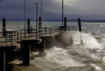 Sturmtief Sabine peitscht das Wasser an die Hafenmauer von Unteruhldingen 200210-082V