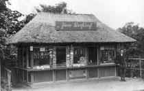 """""""Zum Strohdach"""", Kiosk vor dem Uglei-Fährhaus im Jahr 1929"""