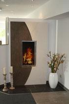 Zum Vergleich: hier ein modernes Design aus einem aktuellen Ofenkatalog aufgebaut in unseren Ausstellungsräumen in der Herforder Str. 213