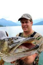 Der Fisch misst ganze 122 cm und bringt 26,4 Pfund auf die Waage. Petri Heil!