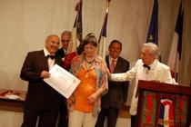 Remise de prix honorifique par le président de l'association du mérite et dévouement Français Jean-Paul De Bernis