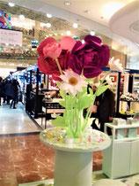 Fleurs géantes en papier Galerie Lafayette , création en collaboration avec Les Petites Mouillettes