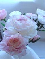 Création de fleurs en papier crépon teintées pour l'occasion de la décoration d'une vitrine sur Paris