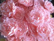 Atelier création de fleurs en papier couleur rose abricot