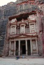 Die in den Fels gehauene Fassade ist 40 m hoch und 25 m breit. Das Bauwerk wurde im Zeitraum vom 1. Jh. v. Chr. bis zum 2. Jh. n. Chr. geschaffen. Es handelte sich sehr wahrscheinlich um eine Grabanlage und nicht dazu einen Pharaonenschatz zu sichern.