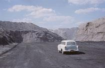 """Das """"Mountaintop removal mining"""" ist eine Sonderform des Tagebaus (""""strip Mining"""") bei dem Bergkuppen gesprengt und abgetragen und dann die Rohstoffe an der Oberfläche abgebaut werden. Zurück bleibt eine tote, staubige und glühend heisse Mondlandschaft."""