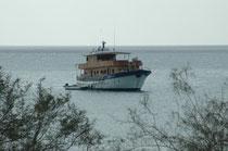 Das war unser Zuhause während der Kreuzfahrt – das Schiff Spondylus, das einzige weit und breit mit einem Oberbau aus Holz. Meist ankerte die Spondylus vor den Inseln und wir wurden mit Schlauchboten an Land gebracht (Kamera wasserdicht verpacken..!).