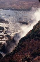Der berühmte David Livingstone war der erste Europäer, der am 16. November 1855 die Victoriafälle sah. Sie stellen den breitesten, einheitlich herabstürzende Wasserfall der Erde dar. Er ist heute ein Weltnaturerbe der UNESCO.