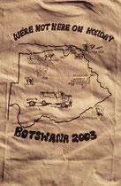 Auf diesem T-Shirt, einem Andenken an unsere Reise, ist die Reiseroute ersichtlich. Sie führte von Südafrika (Johannesburg) nach Botswana (Nata, Makgadikgadi-Ebene, Maun, Okavangodelta, Moremi, Savuti, Chobe NP), Zimbabwe (Victoria Falls) und zurück.
