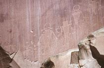 Oberhalb des Fruita Schulhauses befinden sich sehenswerte Petroglyphen präkolumbianischer Indianer aus der Zeit von 600 bis 1300 n. Chr. Damals lebten die Menschen der Fremont Kultur (Zeitgenossen der Anasazis) in diesem Gebiet.