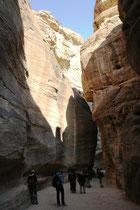 Auf beiden Seiten des Sik erkennt man sanft geschwungene Wasserleitungen, die das lebensspendende Nass in nabatäischer Zeit von der Mosesquelle in Wadi Musa nach Petra leiteten. Der Boden war ursprünglich mit grossen Kalksteinen gepflastert.