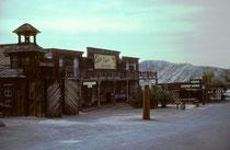 In der Mojave-Wüste in Südkalifornien besuchten wir die Geisterstadt Calico. Sie wurde 1881 im Zuge des Silberbergbaus gegründet. Zu ihren besten Zeiten lebten ungefähr 1.200 Menschen in Calico und es gab über 500 Minen.