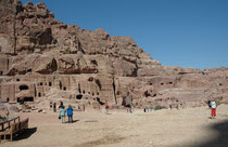 An der Theaternekropole vorbei geht es zum Aphitheater, das unter König Aretas zwischen 4 v. Chr. und 27 n. Chr. gebaut und von den Römern erweitert wurde. Es bot etwa 8000 Zuschauern Platz. Die Nabatäer haben diplomatisch eine Eroberung Petras verhindert