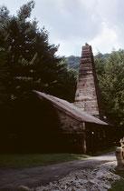 """Das ist Drake Well, die erste 21,2 m tiefe, kommerzielle Erdölbohrstelle in Amerika, in der Nähe von Titusville (Pennsylvania). Sie stammt aus dem Jahre 1859 und ist heute ein Museum (seit 1966 bezeichnet als """"National Historic Landmark"""")."""