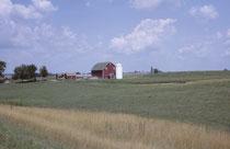 """Während im südlichen Wisconsin Farmer mit Schweizer Wurzeln wohnen (Stüssi, Grunder, Imboden etc,), sind es in Nord-Wisconsin und Minnesotas solche mit skandinavischen Wurzeln (Johansson, Svensson, Peterson), die auch in """"skandinavischen Farmen"""" wohnen."""