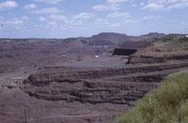 Die Hull-Rust-Mahoning Mine in Hibbing, Minnesota, ist mit 5km Länge und 3,5 km Breite der grösste Tagebau zur Förderung von Eisenerz auf der Welt. Man kann gut nachvollziehen, warum Bob Dylan seine Zukunft nicht in Hibbing sah, sondern das Weite suchte.