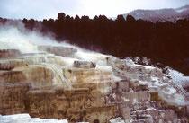Pro Minute quellen etwa 2000 l unterirdisch durch vulkanische Aktivitäten auf ca. 70o C erwärmtes Wasser an die Erdoberfläche, fliessen durch die Stufen hinunter, um zuunterst wieder zu versickern. Die Bildung der Terrassen begann vor Millionen von Jahren