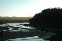 Unseren nächsten Halt war in Eden an der Ostküste Australiens geplant. Vor der Ankunft, in der Dämmerung überquerten wie den wunderbar mäandernden Towamba River.