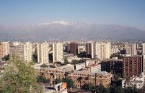Santiago, die Hauptstadt Chiles. Im Hintergrund die schneebedeckten Anden (wir waren im Jahre  2002 im November dort, also im Spätfrühling)