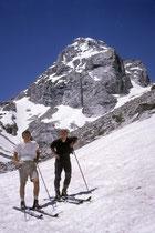 An den Seen badeten oder fischten wir oder fuhren Wasserski. Wir wollten aber auch richtig Ski fahren. So stiegen wir in die Berge und zogen unsere Kurven in den sommerlichen Schnee der Grand Tetons. Zum Glück hatte ich meine Ski-Ausrüstung stets dabei.