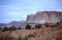 """Kernstück des Nationalparks ist der """"Waterpocket Fold"""", eine über 150 km lange geologische Formation, die sich in Nord-Süd-Richtung erstreckt. Die Hebung des Waterpocket Fold bis zu 2000 m erfolgte vor etwa 50 bis 70 Millionen Jahren (s. Galerie USA IV)."""