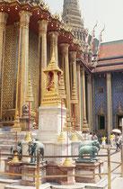 """The Grand Palace: Naturgetreue Skulpturen der sogenannten weissen Elefanten, die im Besitz des Königs sind. Mögliche Kandidaten """"weisser Elefanten"""" welche die entsprechenden Kriterien erfüllen (s. u.) werden dann nämlich dem König als Geschenk angeboten."""