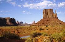 """Vermutlich waren die Anasazi-Indianer, auch """"die Uralten"""" genannt, die ersten Einwohner des Monument Valleys. (mehr als 1500 Jahre alte Felshöhlenbehausungen). Sie verschwanden im 13. Jahrh. Heute leben dort ca. 300 Navajo. (s. auch Galerie USA IV)."""