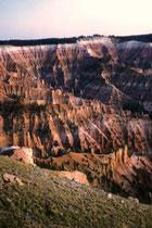 Das Cedar Breaks National Monument (hier abgebildet) stellt quasi das Gegenstück zum wesentlich bekannteren Bryce-Canyon-Nationalpark auf der Ostseite des benachbarten Paunsaugunt-Plateaus dar. (Bilder aus dem Jahre 1966. S auch Galerie USA IV)