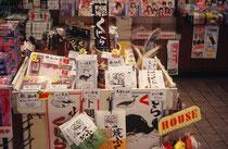 Wal- und Delfinprodukte werden am Bahnhofskiosk (!) in Shimonoseki angeboten